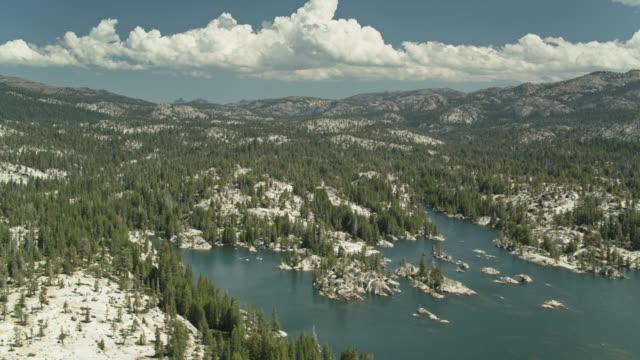 スタニスラウス国立森林のシエラネバダ風景 - ドローンショット - カリフォルニアシエラネバダ点の映像素材/bロール
