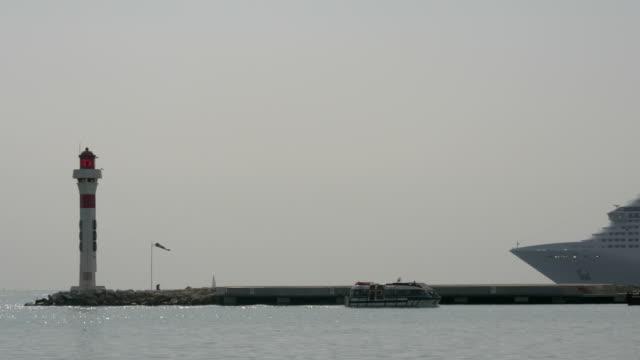 sightseeingbåt segling vid heliport pier - turistbåt bildbanksvideor och videomaterial från bakom kulisserna