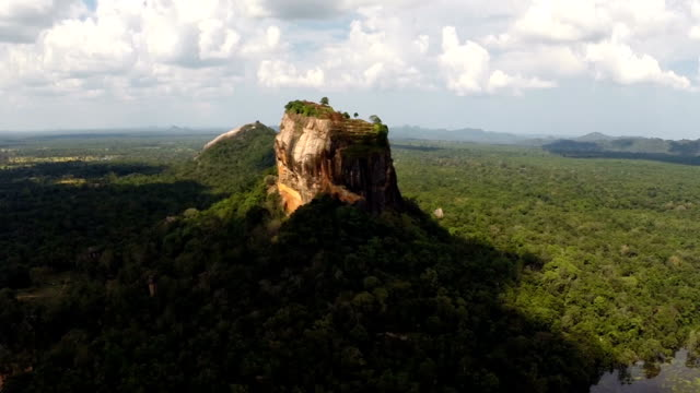 vídeos de stock e filmes b-roll de sigiriya rock aerial view - sri lanka