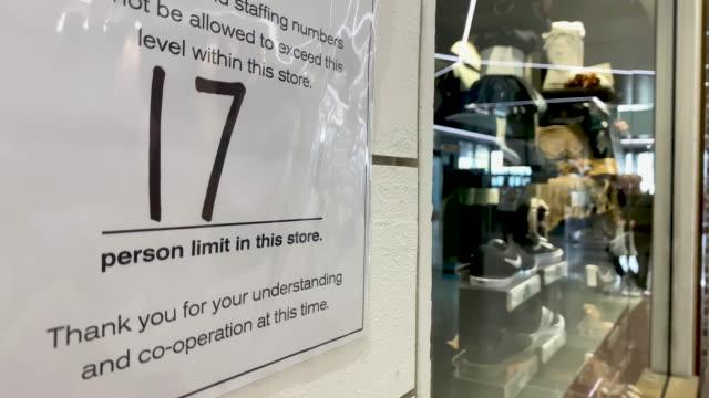 vídeos y material grabado en eventos de stock de inicie sesión en la tienda minorista durante el cierre de covid-19 - recesión