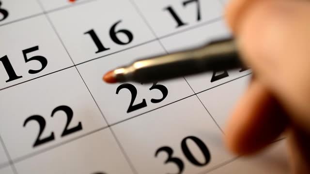 vídeos de stock, filmes e b-roll de assinatura de um dia em um calendário pela caneta vermelha - calendário