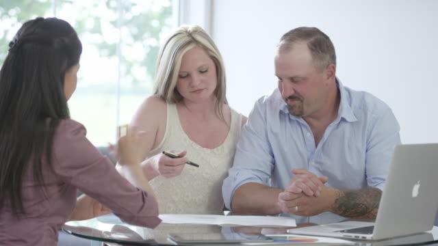 vídeos y material grabado en eventos de stock de firma un contrato de préstamo y agitando las manos - hipotecas y préstamos