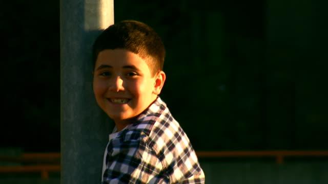 vídeos y material grabado en eventos de stock de firmar y sonriendo/boy - sonrisa con dientes