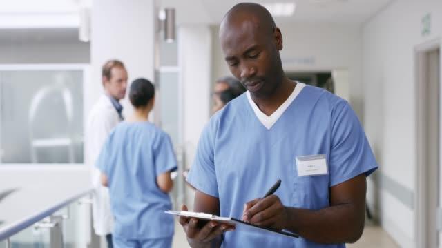 vidéos et rushes de signature de quelques dossiers médicaux importants - infirmier