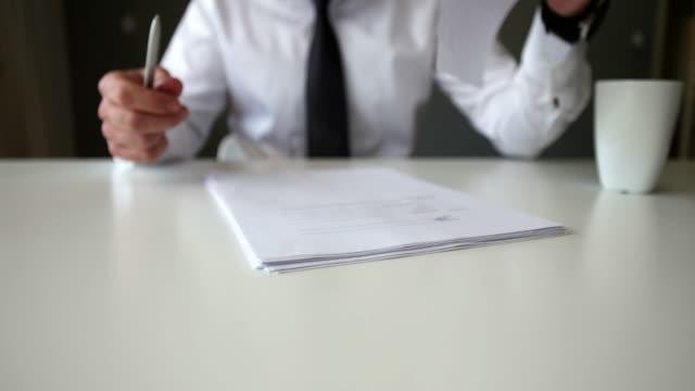 vídeos de stock e filmes b-roll de signing official document - criar laços