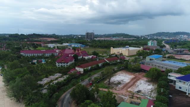 Sihanoukville city in Cambodia seen from the sky Sihanoukville (Khmer :  Krong Preah Sihanuk) est une ville du sud du Cambodge, capitale de la province de Sihanoukville. Donnant sur le golfe de Thaïlande, la ville est le seul port maritime en eau profonde du pays. Auparavant désignée Kampong Saom (littéralement « port agréable »), elle est rebaptisée en 1958 en l'honneur de Norodom Sihanouk, ancien roi du Cambodge. general view stock videos & royalty-free footage