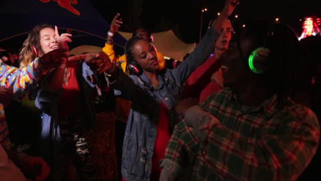 silent disco at a festival - cisza filmów i materiałów b-roll