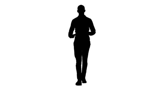 silhouette arabisch gelegenheitsmenschen zu fuß und im gespräch mit der kamera - mann bart freisteller stock-videos und b-roll-filmmaterial