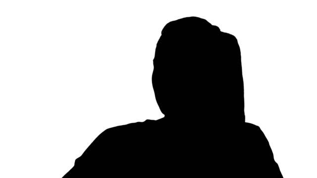 silhouette schöne frau im gespräch auf dem handy - haarfarbe stock-videos und b-roll-filmmaterial