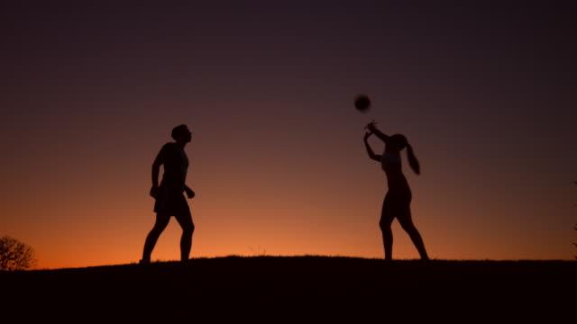 シルエットのバレーボールをお楽しみいただけます。 - シルエット点の映像素材/bロール
