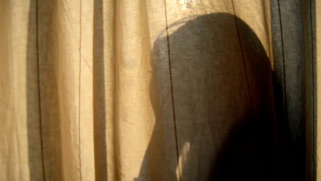silhouette girl bakom gardinen - bakom bildbanksvideor och videomaterial från bakom kulisserna