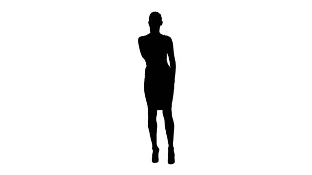 Silueta chica en falda acicalarse y comprobar su aspecto como se ve en el espejo - vídeo