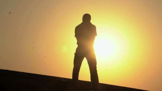 Golfer Silhouette en atardecer - vídeo