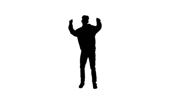 vidéos et rushes de silhouette hip-hop homme de style dans la danse à capuchon rouge - lieu sportif