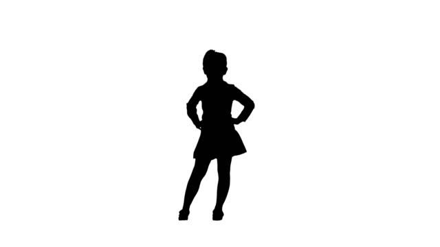 白いポーズでシルエット 小さな笑顔の女の子 - シルエット点の映像素材/bロール