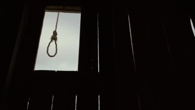 silhouette loop hals för självmord närbild skrämmande gungning vind dag vänta kåken 4k - hänga bildbanksvideor och videomaterial från bakom kulisserna