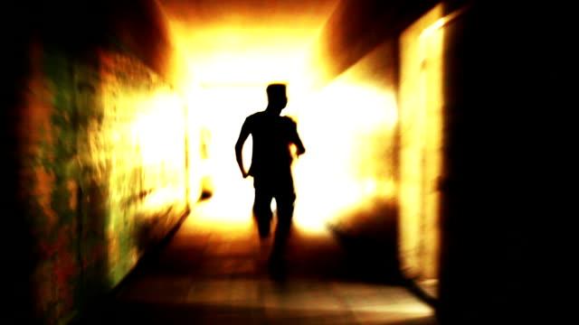 vídeos y material grabado en eventos de stock de silueta de hombre corriendo luz en el túnel escape freedom concept - escape