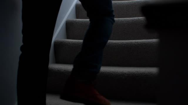 vídeos y material grabado en eventos de stock de hombre silueta caminando arriba en la noche. 2. - violencia doméstica