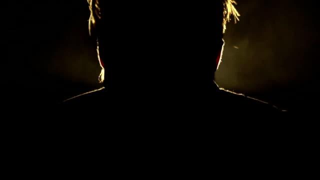 Silhouette eines Mannes in einem Rauch mit einem Metall Zigarette, Slow-motion – Video