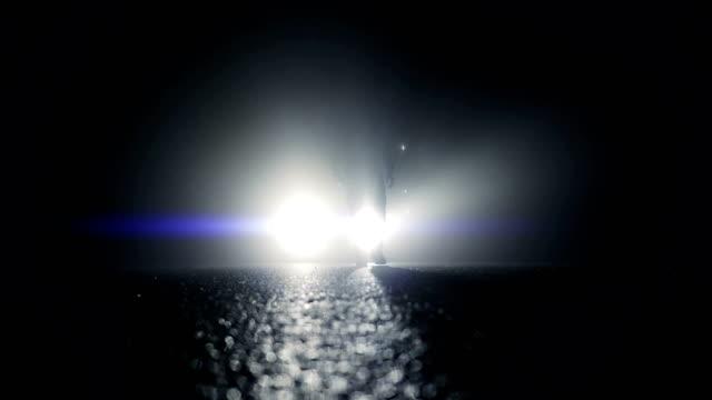 ヘッドライトの前に立っている謎の人物のシルエット。 - スパイ点の映像素材/bロール
