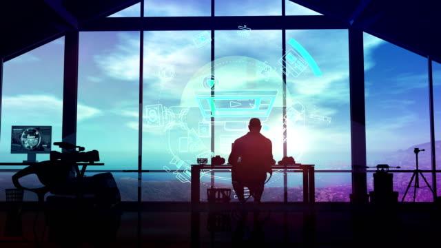 vidéos et rushes de une silhouette d'un vidéaste en studio travaillant avec une interface virtuelle. - book