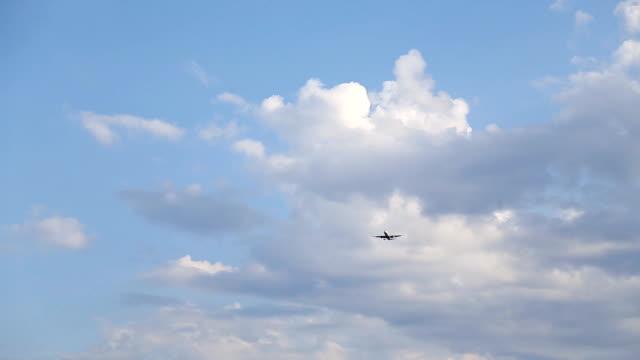 sylwetka statku powietrznego przygotowanie do lądowania w dramatyczny zachód słońca - opalenizna filmów i materiałów b-roll
