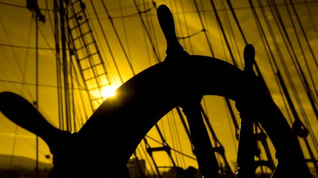sylwetka stary statek's ster o zachodzie słońca - ster fragment pojazdu filmów i materiałów b-roll