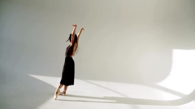 silhuetten av ballerina i klassiskt tutu i vit studion. - piruett bildbanksvideor och videomaterial från bakom kulisserna