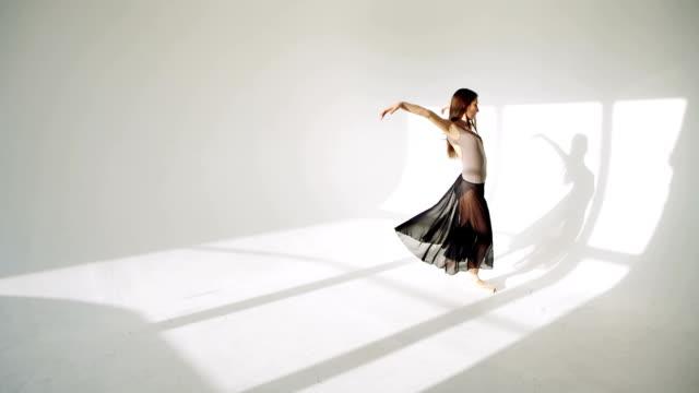 silhuetten av ballerina i klassiskt tutu i vit studion. - på tå bildbanksvideor och videomaterial från bakom kulisserna