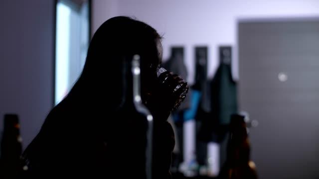 アルコール中毒の大酒飲み女のシルエット - 日常から抜け出す点の映像素材/bロール