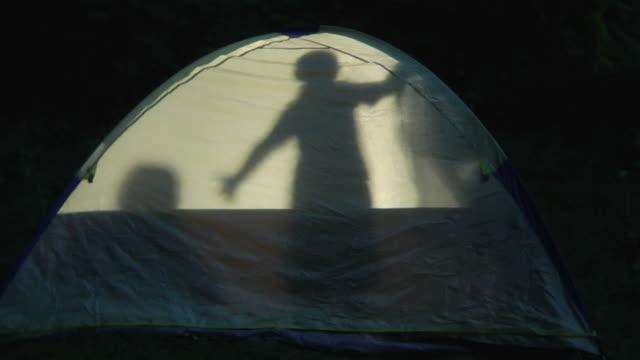 silhouette von kindern im zelt - ferienlager stock-videos und b-roll-filmmaterial