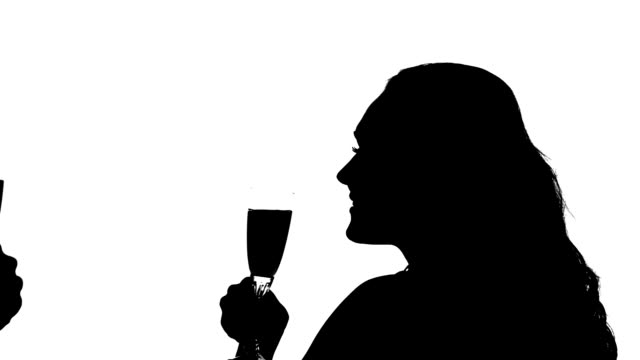 silhouette der paar clinking brille wein, zeitlupe - champagner toasts stock-videos und b-roll-filmmaterial