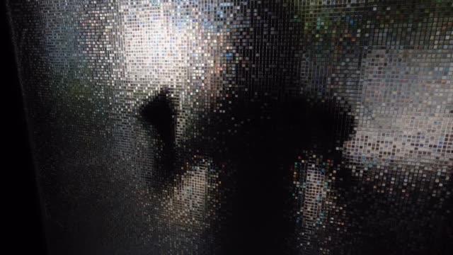 vídeos de stock e filmes b-roll de silhouette of female behind the glass door - door knock