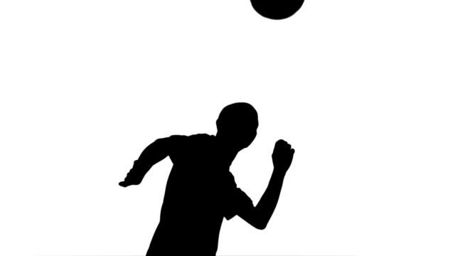 silhouette der fußball-spieler nach dem ball - geköpft stock-videos und b-roll-filmmaterial