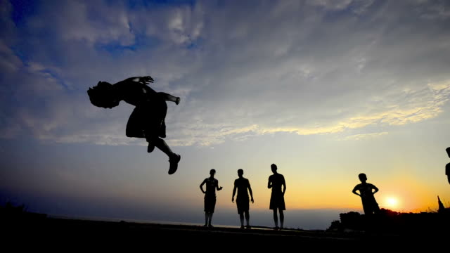 freie läufer silhouette bei sonnenuntergang - stuntman stock-videos und b-roll-filmmaterial