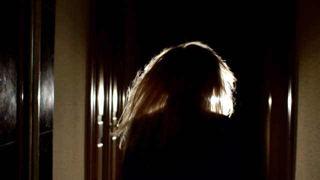 vídeos de stock e filmes b-roll de silhouette of girl running in dark through tunnel. - fugir