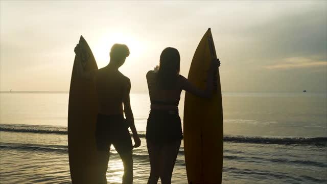 silhuett av grupp asiatiska vänner som kör lyckligt på stranden med surfbräda och hoppa avkoppling sommarsemester - 25 29 år bildbanksvideor och videomaterial från bakom kulisserna