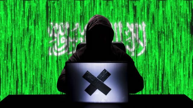 stockvideo's en b-roll-footage met silhouet van hacker type code hacking op zijn laptop met saoedi-arabië vlag op de achtergrond - perzische golfstaten