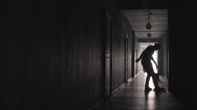 silhuetten av vaktmästaren rengöring av golv i hallen - hospital studio bildbanksvideor och videomaterial från bakom kulisserna
