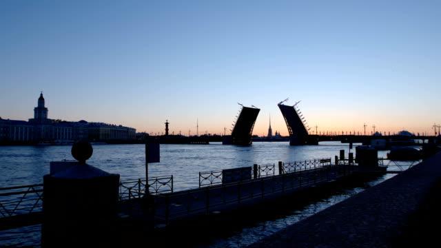 vita nätter: silhuetten av kunstkamer, palace bridge och banvallen av floden neva - st. petersburg, ryssland - peter and paul cathedral bildbanksvideor och videomaterial från bakom kulisserna