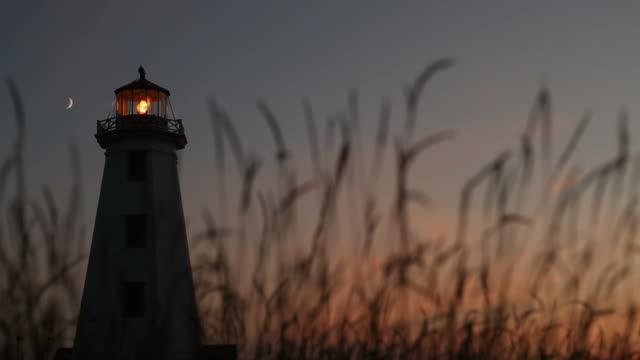 silhouette des leuchtturms at dusk - leuchtturm stock-videos und b-roll-filmmaterial