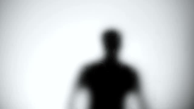 stockvideo's en b-roll-footage met silhouet van de mannelijke dief op zoek door de deur glas, breken in lege huis - onherkenbaar persoon