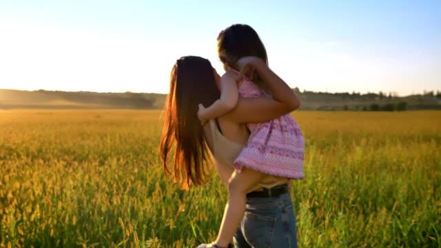 어머니의 그녀의 딸, 아이 들, 가족 컨셉과 함께 여름에 필드에 걷기를 선택합니다 - 장엄한 스톡 비디오 및 b-롤 화면