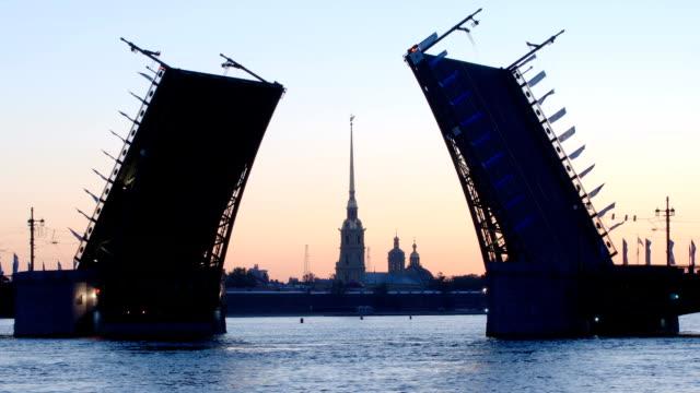 silhuetten av öppnade palace bridge och kapell över peter och paul-fästningen på morgonen - st. petersburg, ryssland - peter and paul cathedral bildbanksvideor och videomaterial från bakom kulisserna