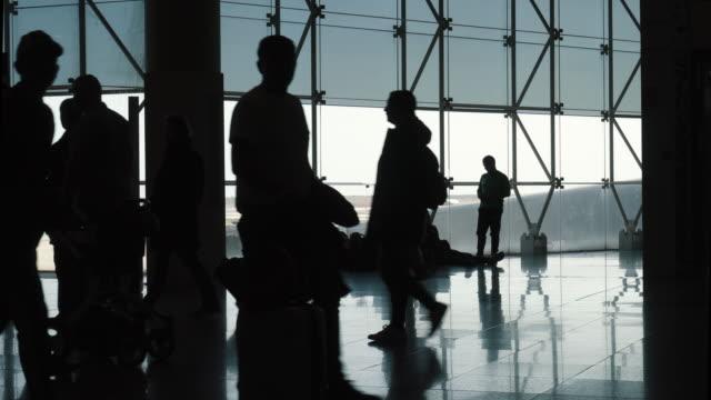 空港ターミナルで通りすがりのシルエット - 乗客点の映像素材/bロール