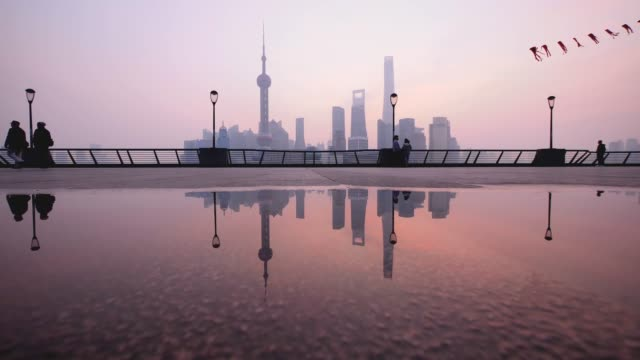 silhouette of people flying kite at the bund in shanghai in the morning, china, 4k footage. - city walking background video stock e b–roll
