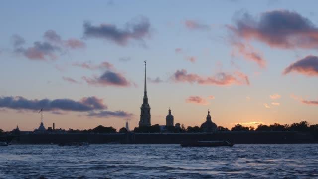 silhuetten av peter och paul fortress och ett moln i solnedgången - st. petersburg, ryssland - peter and paul cathedral bildbanksvideor och videomaterial från bakom kulisserna