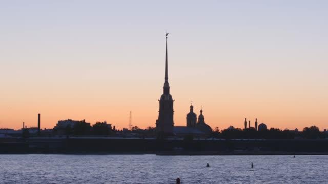 silhuetten av peter och paul fortress i solnedgång himlen - st. petersburg, ryssland - peter and paul cathedral bildbanksvideor och videomaterial från bakom kulisserna