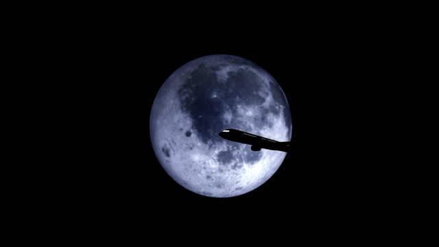 silhouette des flugzeugs, das über den supermond geht - symmetrie stock-videos und b-roll-filmmaterial