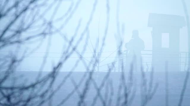 silhouette sowjetischer soldat im wachturm 2 - kommunismus stock-videos und b-roll-filmmaterial